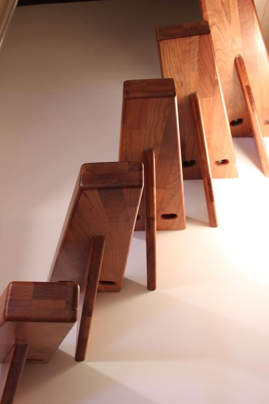 Vissage au mur des marches d'escalier quart tournant suspendu fait maison