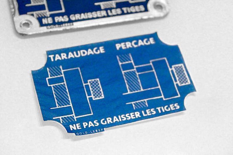 Découpage du papier de soir avant transfert d'image sur plaque en aluminium