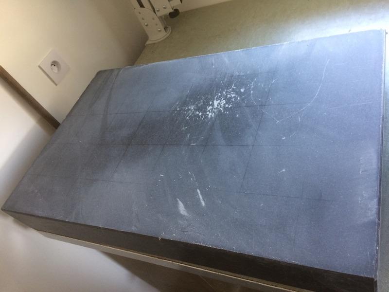 Comment restaurer un marbre de contrôle : Le rodage initial laisse apparaitre un creux au centre du marbre.