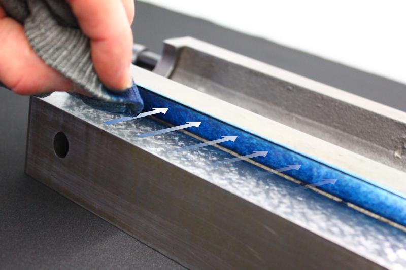 Restauration d'une fraiseuse WGM, dépose du bleu dans la glissière au tampon